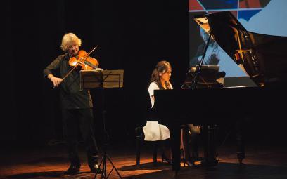 Nghệ sĩ piano Lương Tố Như trình diễn cùng nhạc trưởng Honna Tetsuji